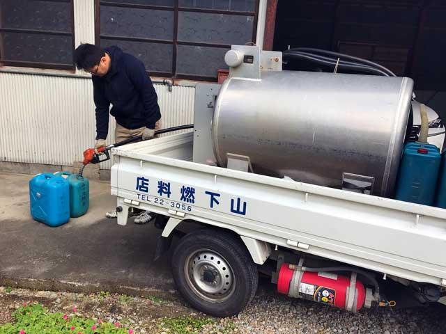 山下燃料店スタッフが灯油缶に給油している様子